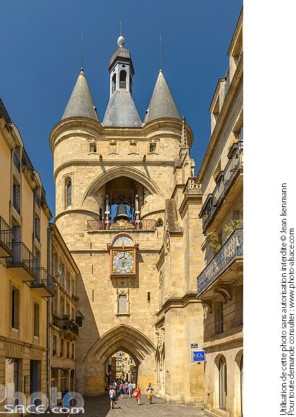 Photo : Grosse Cloche (Beffroi de l'ancien hôtel de ville), Rue Saint-James, Bordeaux, Gironde (33) - (ref. 170820-067) © Jean Isenmann
