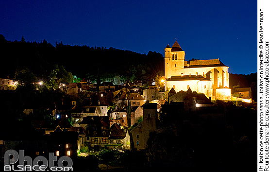 Photo : Village et église de Saint-Cirq-Lapopie la nuit, Parc naturel régional des Causses du Quercy, Lot (46) - (ref. n65033) © Jean Isenmann