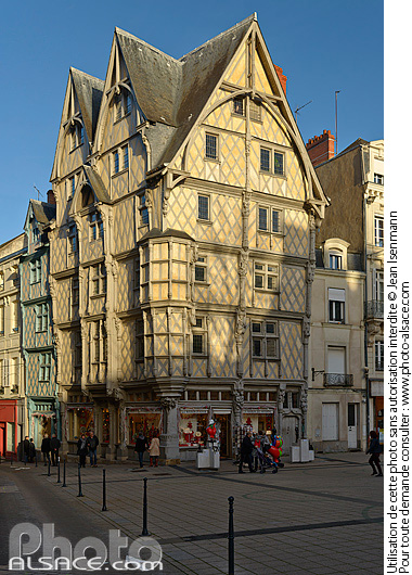 Photo : Maison d'Adam, Place Sainte-Croix, Angers, Maine-et-Loire (49) - (ref. 160101-043) © Jean Isenmann