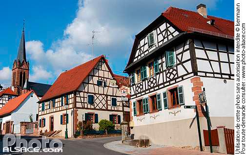 Maison alsacienne et clocher de l'�glise Saint-Jacques le Majeur, Lembach, Parc naturel r�gional des vosges du Nord, Bas-Rhin (67)