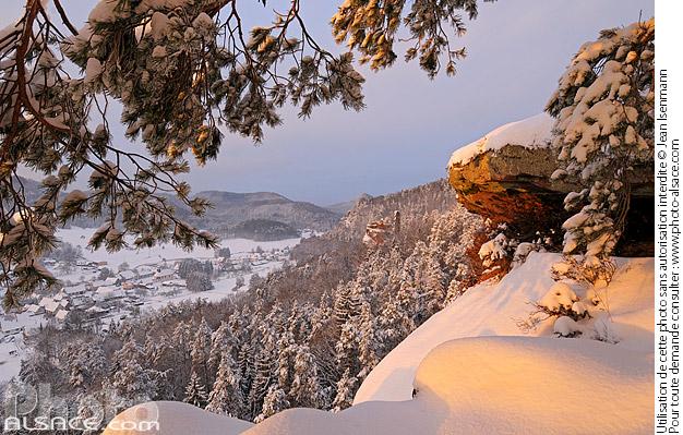 Point de vue sur la vall�e de la Steinbach et le chateau du Petit Arnsbourg en hiver, Obersteinbach, Parc naturel r�gional des vosges du Nord, Bas-Rhin (67)