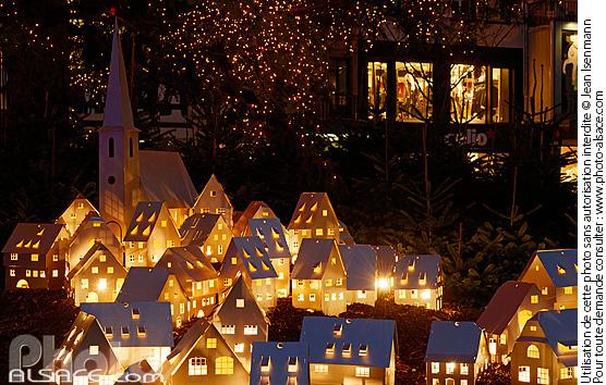 Photo d coration de no l village alsacien au pied du - Decoration village de noel ...