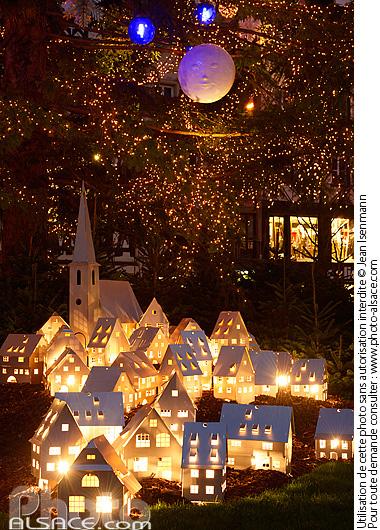 Photo d coration de no l village alsacien au pied du grand sapin de no l - Decoration pied de sapin ...