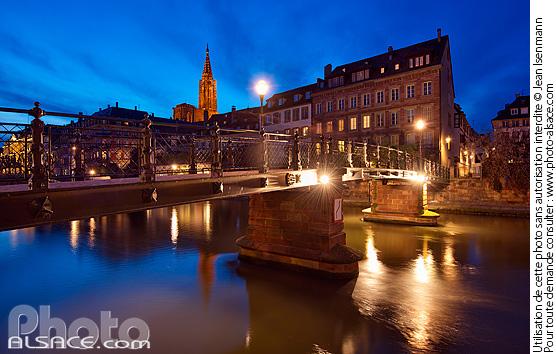 Passerelle de l'Abreuvoir la nuit, Strasbourg, Bas-Rhin (67)