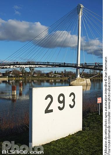Borne kilom�trique au bord du Rhin et la Passerelle des Deux Rives, Strasbourg, Bas-Rhin (67)