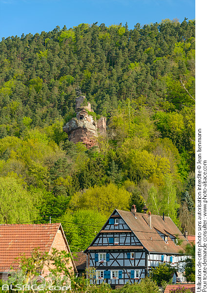 Photo : Alsatian house of Obersteinbach and Petit Arnsbourg castle