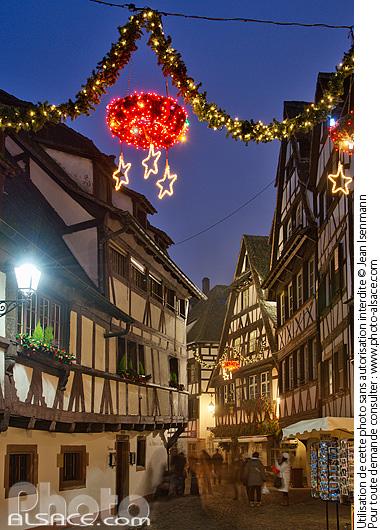 Illumination de No�l, Rue du Bain aux Plantes, Quartier de la Petite France, Strasbourg, Bas-Rhin (67)