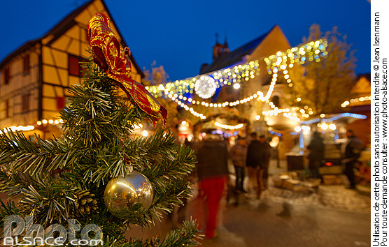 Photo : Décoration de Noël, Grand'Rue (Hauptstross), Eguisheim, Haut-Rhin (68) - (ref. 141131-040) © Jean Isenmann