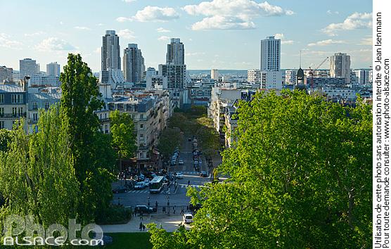 Photo : Parc des Buttes-Chaumont, avenue de Laumière et tours d'immeubles d'habitation (Orgues de Flandre), Paris (75019)