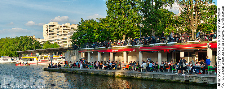 Photo : Bassin de la Villette et bar Le 25°Est, Paris (75019) - (ref. 160609-092) © Jean Isenmann