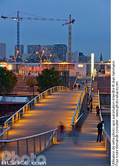 Photo : Passerelle Simone-de-Beauvoir la nuit, Paris (75013) - (ref. 160610-139) © Jean Isenmann