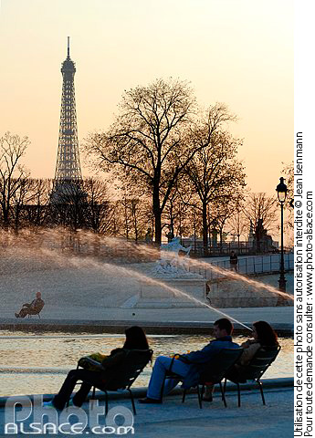 Photo : Fontaine et la Tour Eiffel, Jardin des Tuileries, Paris (75) - (ref. n30942) © Jean Isenmann