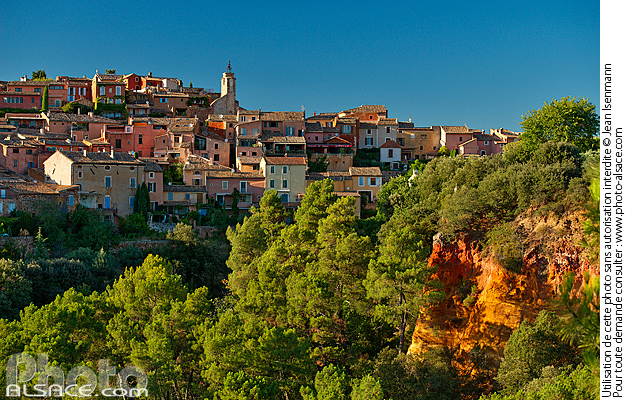 Photo : Vaucluse (84), Parc naturel régional du Luberon, Village de Roussillon // FRANCE, Vaucluse (84), Luberon Regional Natural Park, Village of Roussillon - (ref. 160822-108) © Jean Isenmann