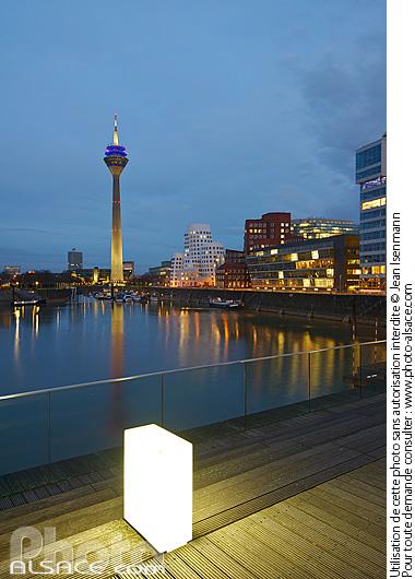 Medienhafen et la Rheinturm la nuit, D�sseldorf, Nordrhein-Westfalen, Allemagne
