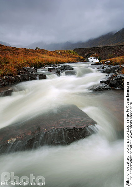 Photo : Russel Burn et pont de la route en direction de Applecross, Wester Ross, Highlands, Scotland, United Kingdom - (ref. n39208) © Jean Isenmann