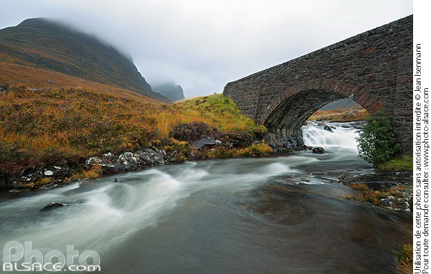Photo : Pont au-dessus de Russel Burn sur la route en direction de Applecross et Coire a Chaorachain, Wester Ross, Highlands, Scotland, United Kingdom - (ref. n39213) © Jean Isenmann
