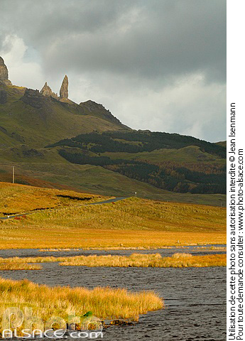 Photo : Loch Fada et Old Man of Storr, Isle of Skye, Highlands, Scotland, United Kingdom - (ref. n39685) © Jean Isenmann