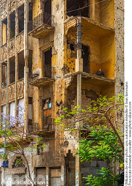 Photo : Immeuble avec des impacts de balle vestige de la guerre civile, Rue de Damas, Beyrouth, Liban - (ref. 180501-012) © Jean Isenmann