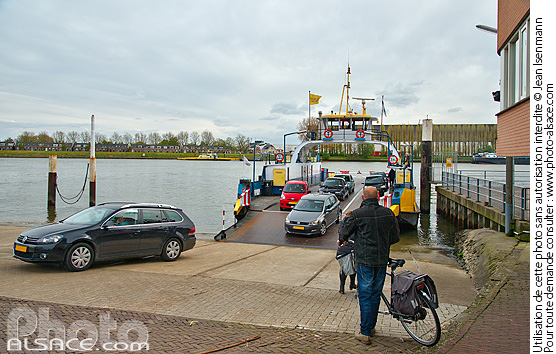 Photo : Bac sur Le Lek, Kinderdijk, Zuid-Holland, Pays-Bas - (ref. 160430-139) © Jean Isenmann