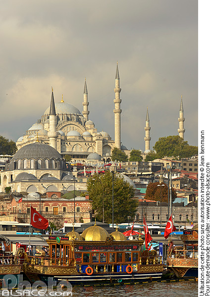 Photo : Turquie, Istanbul, Quartier d'Eminönü, Restaurant flottant sur la Corne d'Or et mosquée Süleymaniye (Süleymaniye Camii) // Turkey, Istanbul, Eminönü District, Floating Restaurant on the Golden Horn and Süleymaniye Mosque (Süleymaniye Camii) - (ref. 180903-089) © Jean Isenmann