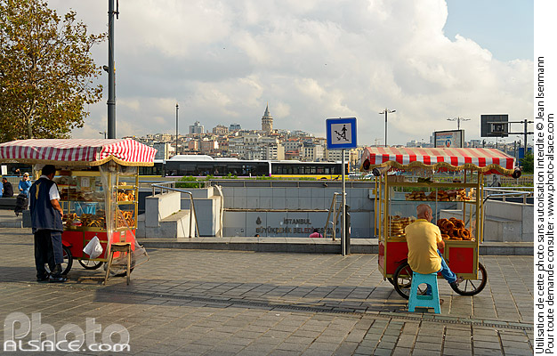 Photo : Vendeur ambulant de pain Simit, Quartier d'Eminönü, Istanbul, Turquie - (ref. 180903-098) © Jean Isenmann