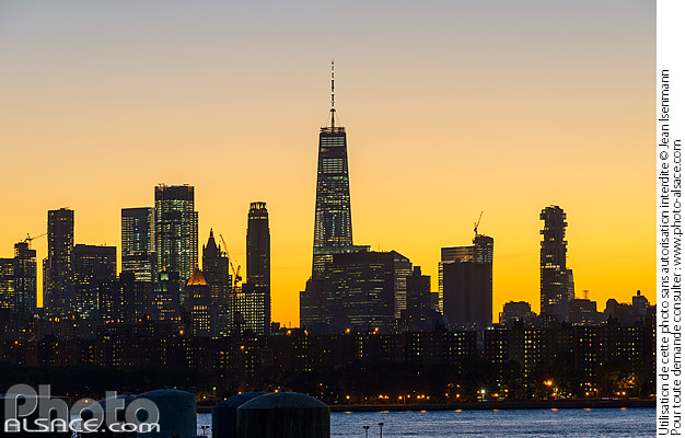 Photo : Skyline de Manhattan la nuit depuis Greenpoint, Brooklyn, New York, Etats-Unis - (ref. 171027-144) © Jean Isenmann
