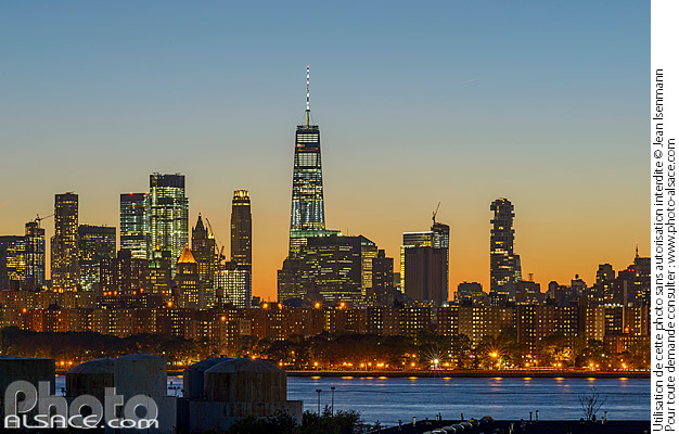 Photo : Skyline de Manhattan la nuit depuis Greenpoint, Brooklyn, New York, Etats-Unis - (ref. 171027-156) © Jean Isenmann