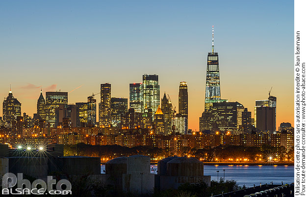 Photo : Skyline de Manhattan la nuit depuis Greenpoint, Brooklyn, New York, Etats-Unis - (ref. 171027-157) © Jean Isenmann