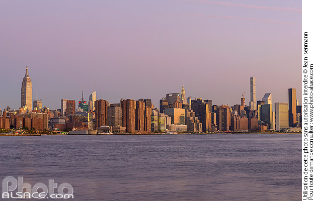 Photo : East-River et Manhattan vue depuis Williamsburg, Brooklyn, New York, Etats-Unis - (ref. 171028-006) © Jean Isenmann