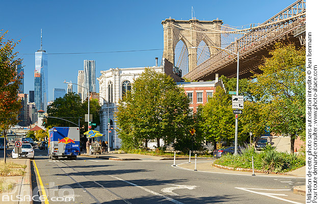 Photo : Old Fulton Street et Brooklyn Bridge et vue sur One World Trade Center, Brooklyn Heights, Brooklyn, New York, Etats-Unis - (ref. 171031-083) © Jean Isenmann