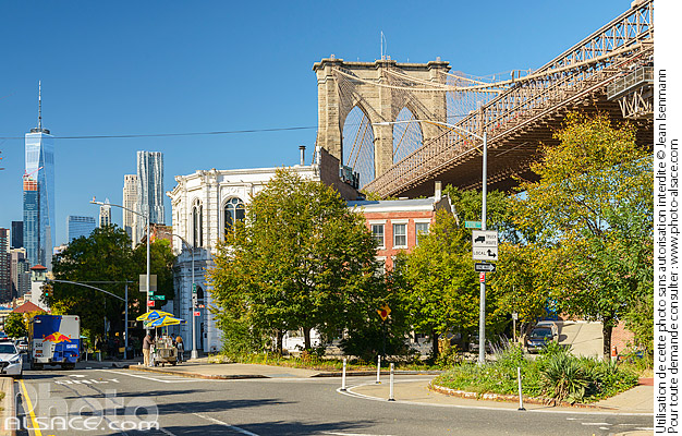 Photo : Old Fulton Street et Brooklyn Bridge et vue sur One World Trade Center, Brooklyn Heights, Brooklyn, New York, Etats-Unis - (ref. 171031-084) © Jean Isenmann