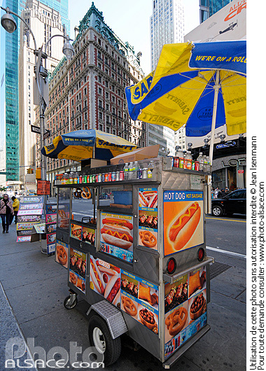 Photo : Vendeur de Hot Dog, 42nd Street, West Midtown, Manhattan, New-York, Etats-Unis - (ref. n61776) © Jean Isenmann
