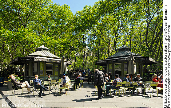 Photo : Entrée de Bryant Park angle de la 42nd Street et 6th Avenue, West Midtown, Manhattan, New-York, Etats-Unis - (ref. n61784) © Jean Isenmann