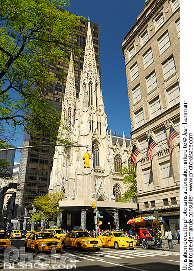 Photo : Taxi et Saint Patrick's Cathedral, 5th Avenue, East Midtown, Manhattan, New-York, Etats-Unis - (ref. n61825) © Jean Isenmann