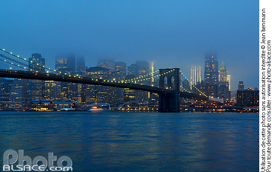 Photo : Brooklyn Bridge et Manhattan la nuit, New York, Etats-Unis - (ref. n62617) © Jean Isenmann