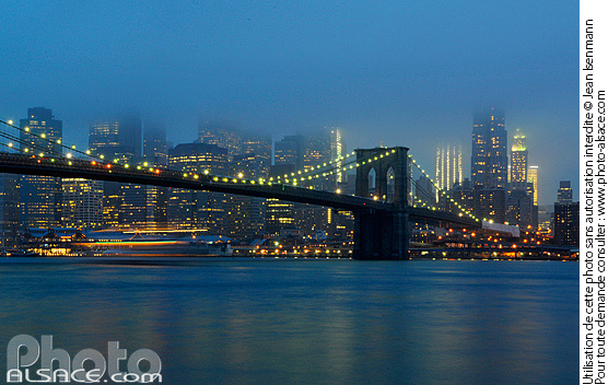 Photo : Brooklyn Bridge et Manhattan la nuit, New York, Etats-Unis - (ref. n62621) © Jean Isenmann