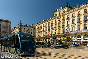 Photo : Tramway et Le Grand Hôtel de Bordeaux, Place de la Comédie, Bordeaux, Gironde (33)