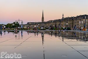 Photo : Le Miroir d'eau et le clocher de la Basilique Saint-Michel, Bordeaux, Gironde (33)