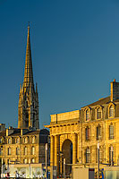 Photo : Porte de Bourgogne et clocher de la Basilique Saint-Michel, Bordeaux, Gironde (33)