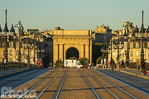 Photo : Pont de Pierre et porte de Bourgogne, Bordeaux, Gironde (33), Aquitaine, France