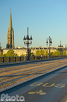 Photo : Pont de Pierre et clocher de la Basilique Saint-Michel, Bordeaux, Gironde (33), Aquitaine, France