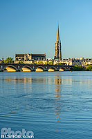 Photo : La Garonne, le Pont de Pierre et le clocher de la Basilique Saint-Michel, Bordeaux, Gironde (33)