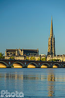 Photo : La Garonne, le Pont de Pierre et le clocher de la Basilique Saint-Michel, Bordeaux, Gironde (33), Aquitaine, France