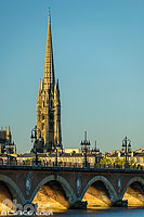 Photo : Pont de Pierre et clocher de la Basilique Saint-Michel, Bordeaux, Gironde (33)