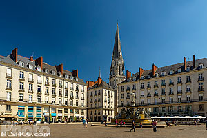 Photo : Place Royale et clocher de la basilique Saint-Nicolas de Nantes, Nantes, Loire-Atlantique (44), Pays-de-la-Loire, France