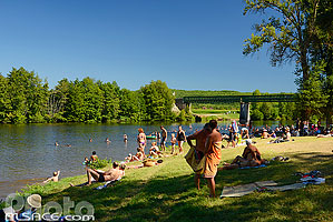 Photo : Plage au bord du Lot, Saint-Cirq-Lapopie, Parc naturel régional des Causses du Quercy, Lot (46)