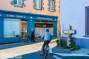 Photo : Direction les Grands Sables et Bar-Tabac Ancre de la Marine, Le Bourg, Ile de Groix, Morbihan (56)