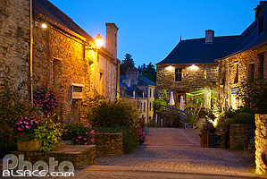 Photo : Rue de La Gacilly la nuit, Morbihan (56)