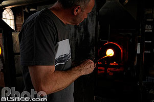 Photo : Fabrication de boule de Noël en verre, Centre international d'art verrier,  Meisenthal, Moselle (57), Lorraine, France
