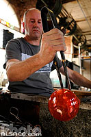 Photo : Fabrication de boule de Noël en verre, Centre international d'art verrier,  Meisenthal, Moselle (57)